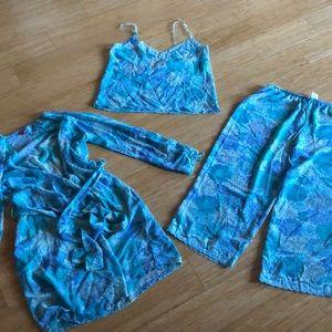 Natori Three piece nightgown set. Size Medium.